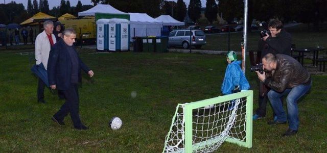 Korisnici vrtnih parcela u Mandlovoj dobili igralište, nakon štihanja i rezidbe igraju nogomet