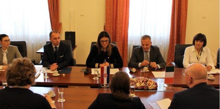 Izaslanstvo Irsko-hrvatske parlamentarne skupine prijateljstva podijelilo iskustva s čelnicima Ureda za Hrvate izvan RH