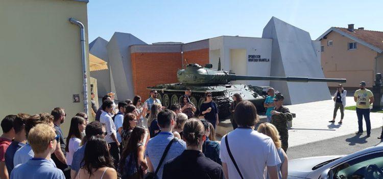 FOTO: UPOZNAJU ZEMLJU SVOJIH KORIJENA: Unuke i unuci Hrvata iz Amerika, Australije i Afrike posjetili Vukovar