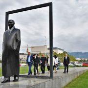 NAKLON VIZIONARU ZAGREBA: Položili vijenac na spomenik povodom 102. godišnjice rođenja Većeslava Holjevca