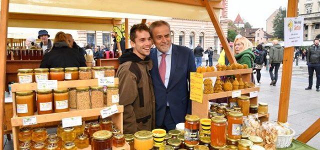 PREDUHITRITE GRIPU: Domaći med i pčelinji proizvodi u prodaji na Trgu bana Jelačića do nedjelje 10. studenog