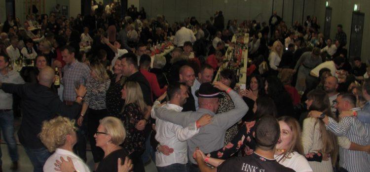 FOTO: Toliko emocija prema domovini-u jednoj noći: Osim VATRENIH, slavilo se i HNK Slaven-Stuttgart