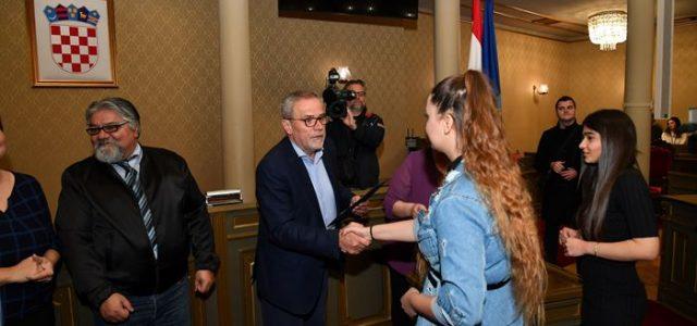 POTICAJ ZA ŠKOLOVANJE Pripadnicima romske manjine Bandić uručio 72 učeničke i 8 studentskih stipendija